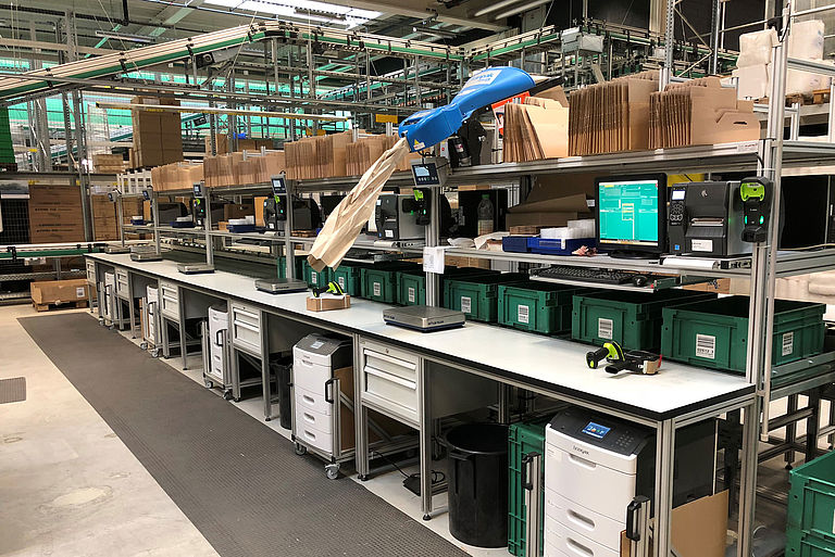 Packaging workplace in the logistics